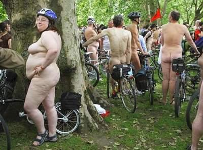 Ciclo Nudisti a Londra la cicciona deve pedalare ancora molto